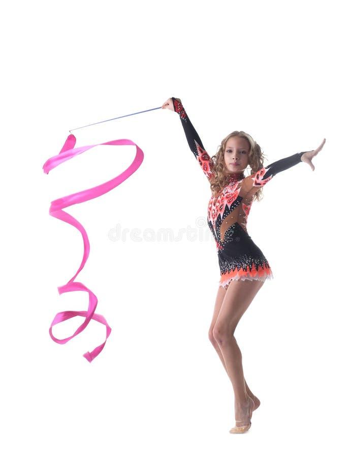 Грациозно маленькие танцы гимнаста с лентой стоковая фотография