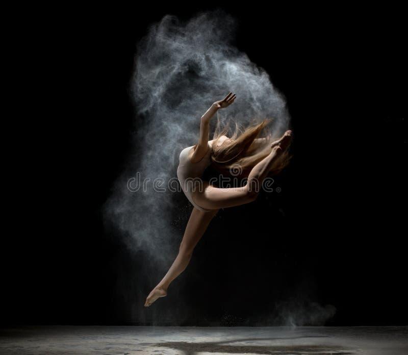 Грациозно танцы девушки в белом порошке пыли стоковое фото rf