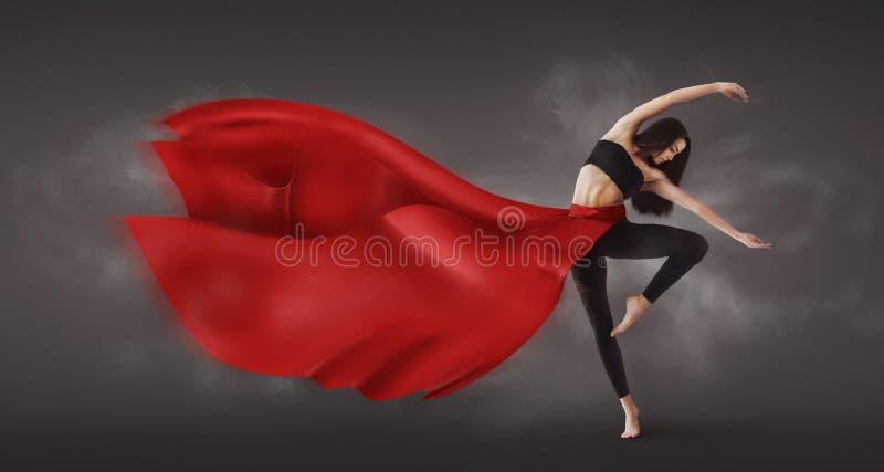 Грациозный танцор женщины демонстрируя танцуя навык в невесомой юбке стоковое фото