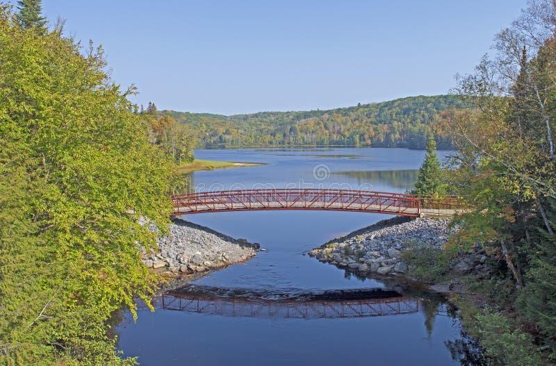 Грациозный Footbridge северным озером древесин стоковая фотография