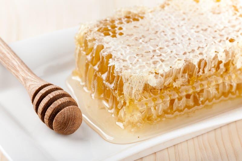 Гребень меда на деревянном столе стоковые фотографии rf
