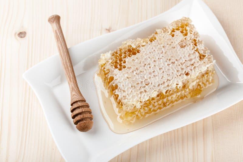 Гребень меда на деревянном столе стоковое фото