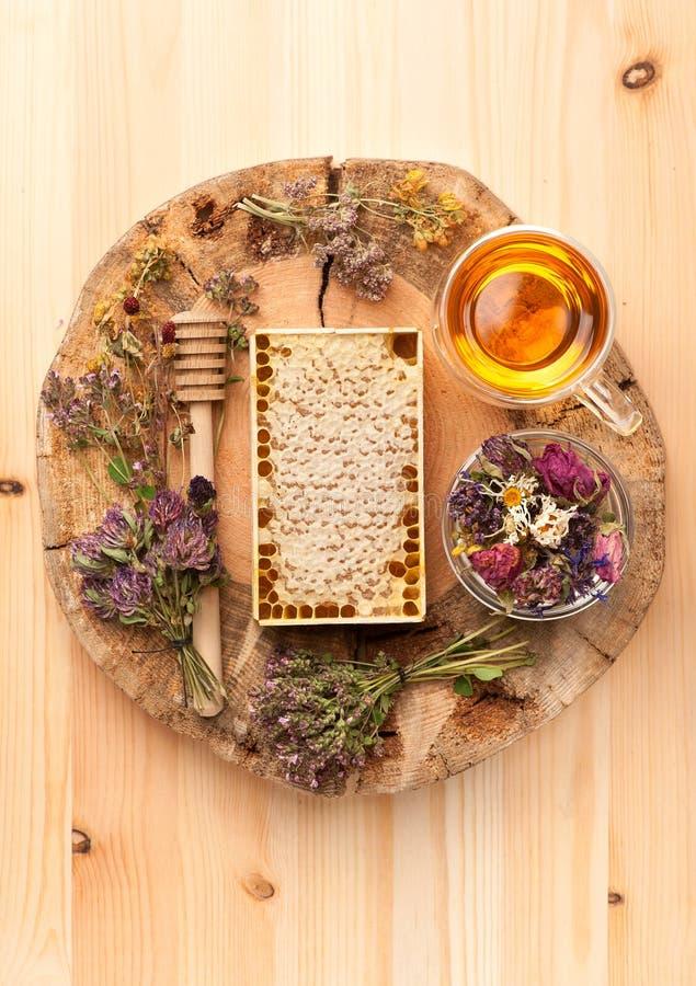 Гребень меда, травяной чай и травы стоковые изображения