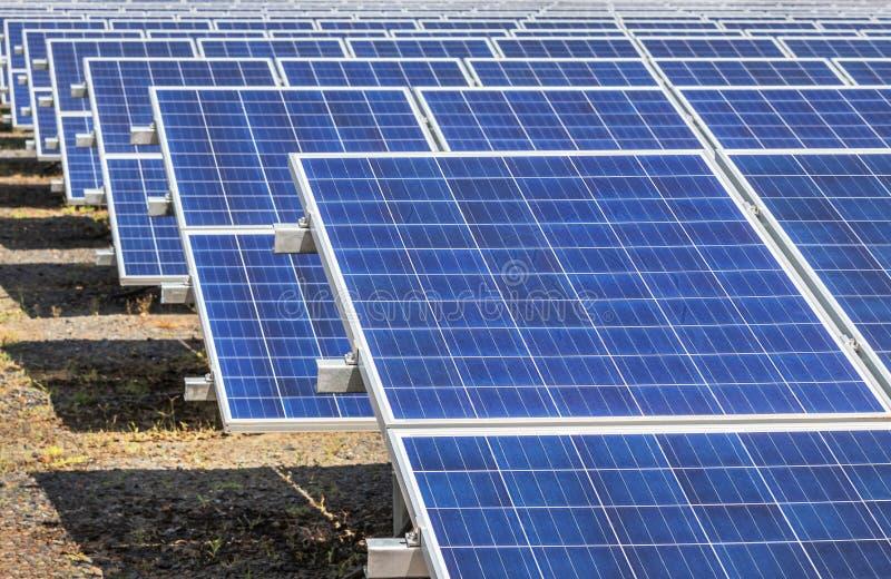 Гребет массив поликристаллических фотоэлементов кремния или клетки photovoltaics в станции систем электрической станции солнечной стоковая фотография rf