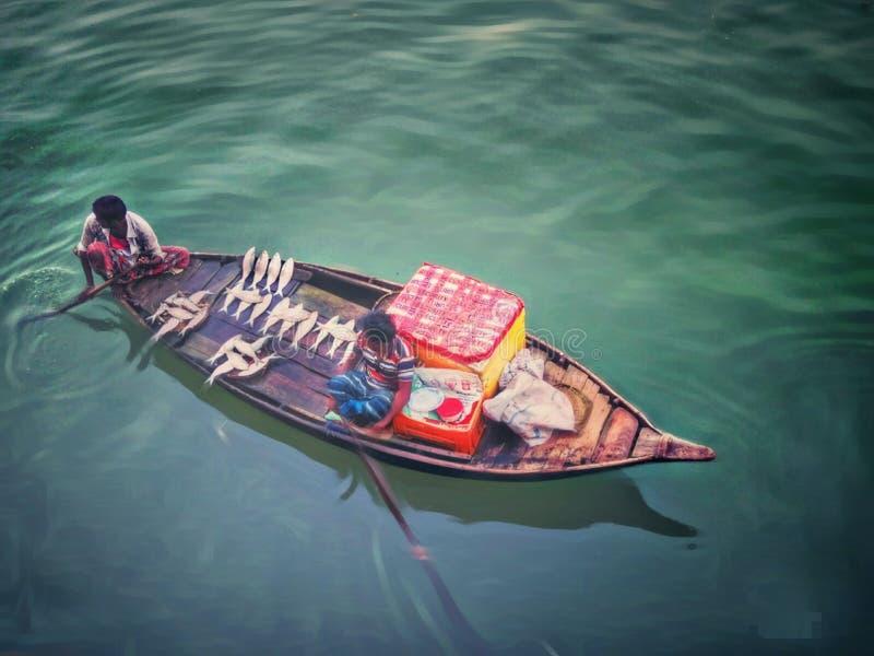 Гребля и рыбная ловля в реке Бангладеше стоковая фотография