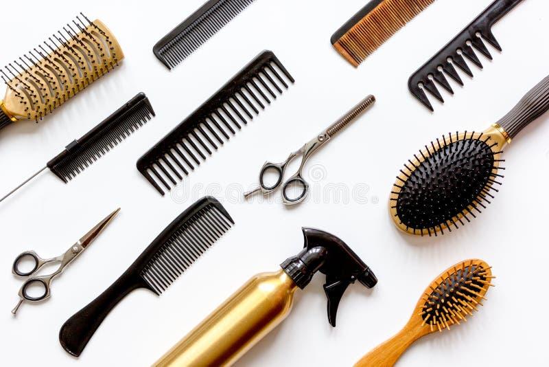 Гребни и инструменты парикмахера на белом взгляд сверху предпосылки стоковые изображения rf