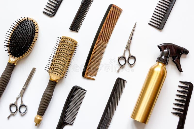 Гребни и инструменты парикмахера на белом взгляд сверху предпосылки стоковое изображение rf