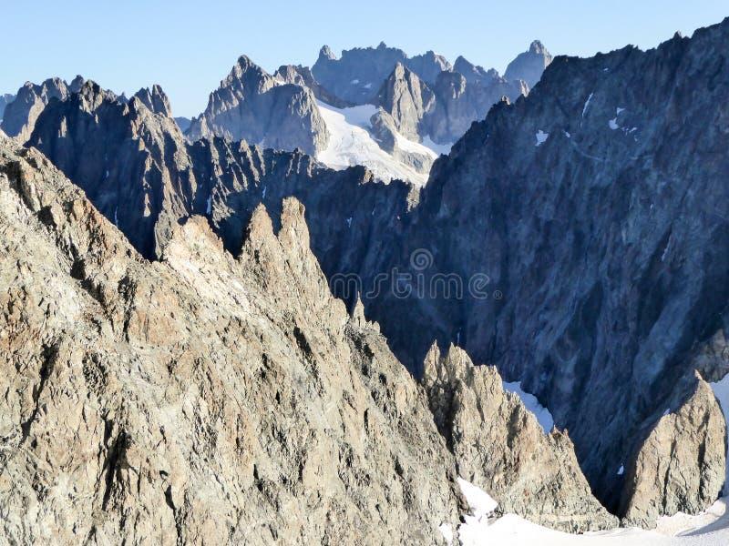Гребни и снег скалистой горы покрытые пики и долины за одином другого стоковые изображения rf