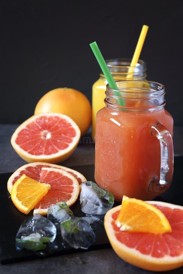 Грейпфрут и апельсиновый сок и плодоовощи стоковые изображения rf