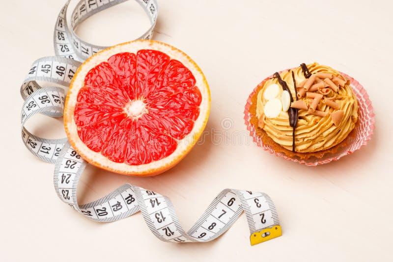 Грейпфрут и торт с измеряя лентой Диета стоковая фотография rf