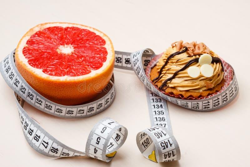 Грейпфрут и торт с измеряя лентой Диета стоковые фотографии rf