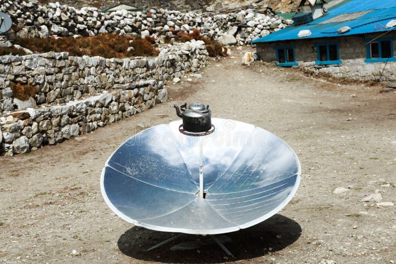 Греть чайник в солнечном плитае E Гималаи стоковые изображения