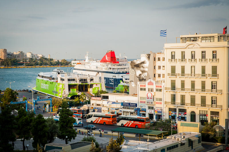 Греция, Афины, август 2016, взгляд гавани Pireus от верхней части здания Большой корабль транспорта стоковые изображения