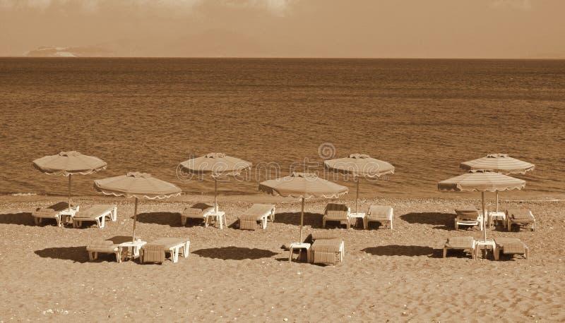 Греция зонтики померанца kos kefalos острова Греции стулов пляжа Kefalos зонтики стулов пляжа стоковая фотография