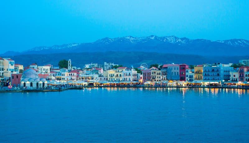 Греция, Крит, взгляд Chania Xania к порту в голубом afte часа стоковые фотографии rf