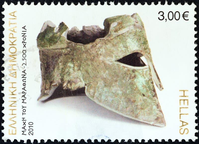 ГРЕЦИЯ - ОКОЛО 2010: Печать напечатанная в Греции показывает бронзовый коринфский шлем Miltiades, около 2010 стоковые фотографии rf