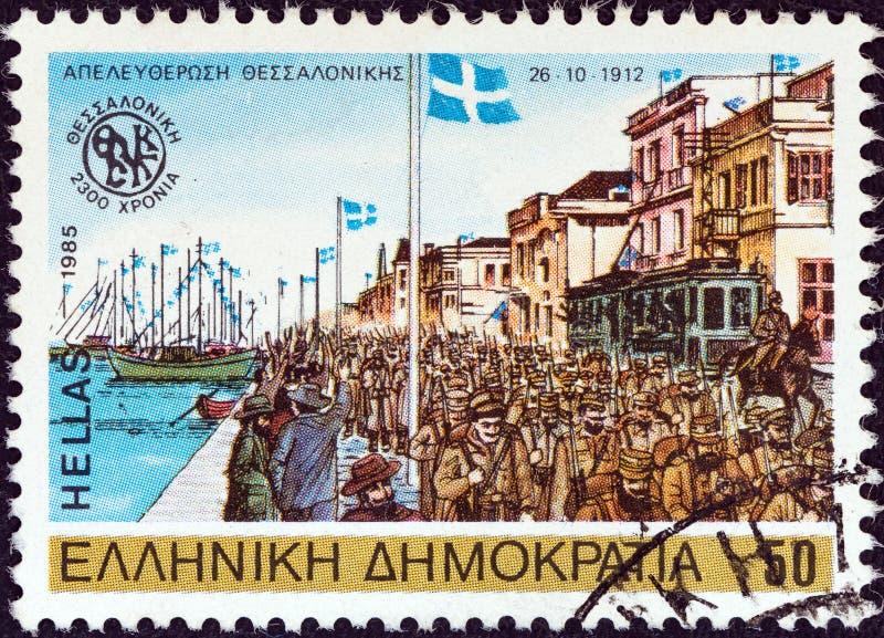 ГРЕЦИЯ - ОКОЛО 1985: Печать напечатанная в Греции показывает греческую армию освобождая Thessaloniki, 1912, около 1985 стоковая фотография
