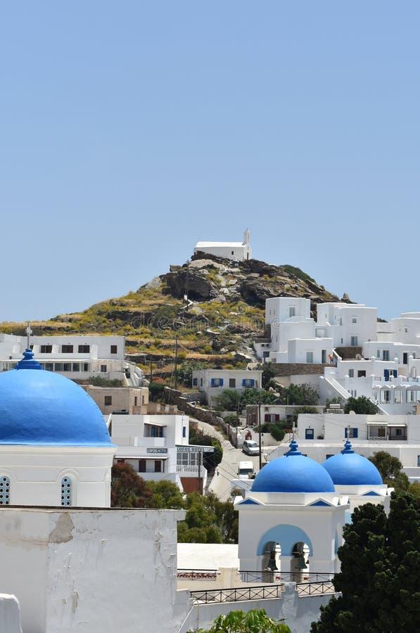 Греция, остров Ios в цепи Кикладов В старой деревне Колокольни традиционных старых churchs стоковая фотография rf