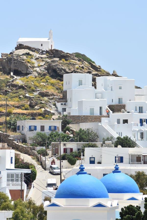 Греция, остров Ios в цепи Кикладов В старой деревне Колокольня традиционной старой церков стоковое изображение
