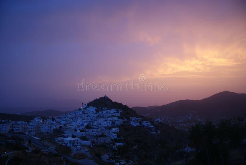 Греция, остров Ios Старая деревня на заходе солнца стоковые изображения