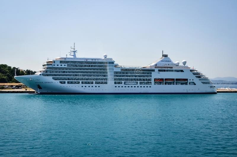 Греция, Kerkira- 5-ое июня 2015: Туристическое судно духа Silversea серебряное состыкованное в гавани стоковая фотография