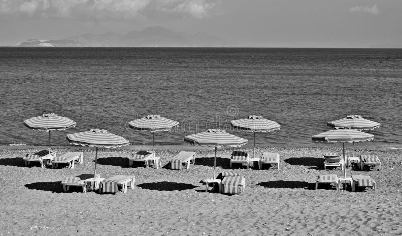 Греция Kos Пляж Kefalos зонтики стулов пляжа I стоковые изображения