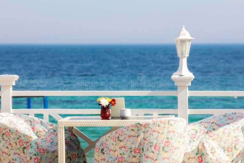Греция, Santorini Ресторан с, который служат таблицей в набережной Эгейского моря на острове Santorini Кикладов с захватывающим стоковая фотография rf