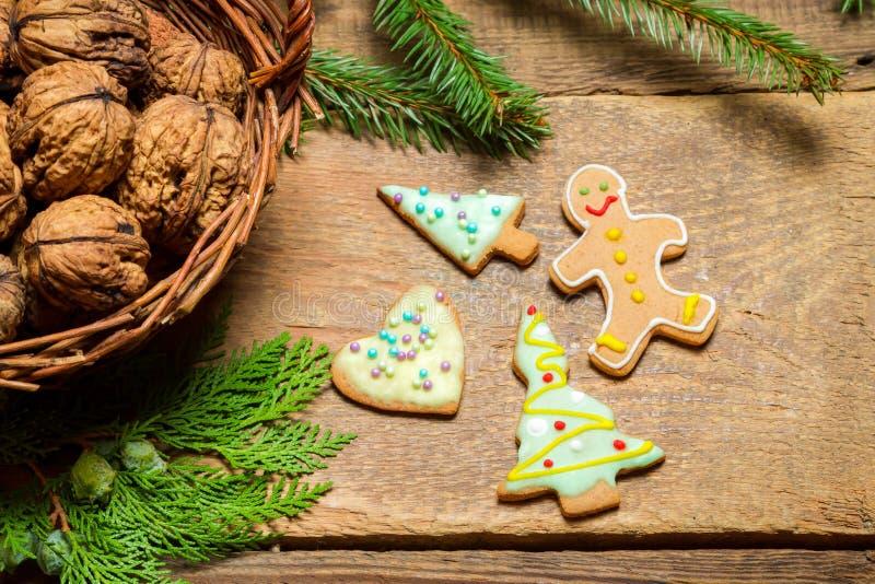 Грецкие орехи и печенья пряника для рождества стоковые изображения rf