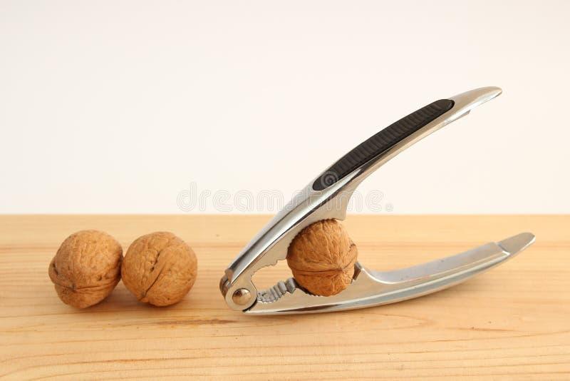 Грецкие орехи и Щелкунчик на древесине стоковые фотографии rf