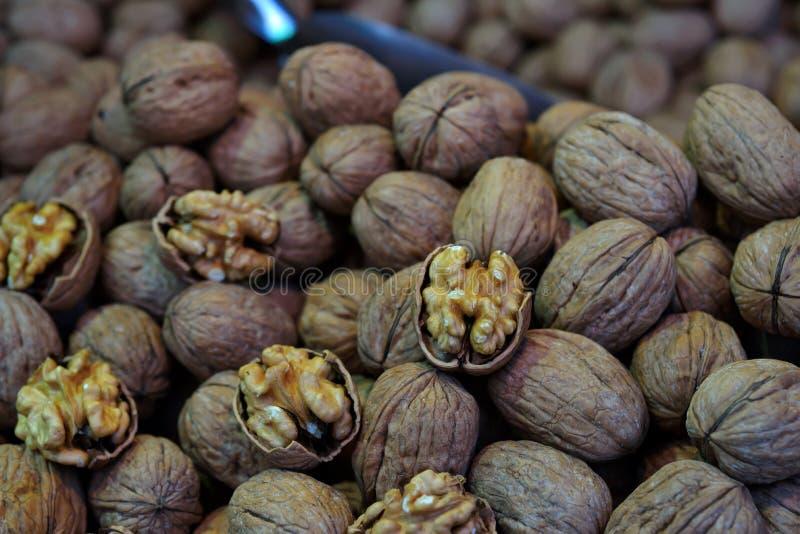 Грецкие орехи складывают в базаре специи Стамбула египетском стоковая фотография