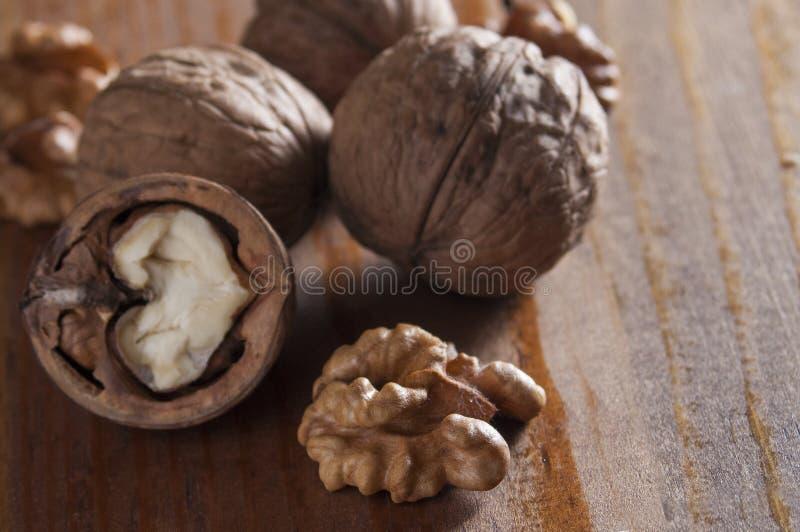 Грецкие орехи слезли и inshell деревянное предпосылки коричневое Здоровое питание, здравоохранение, диета Здоровая, свежая и пита стоковое фото rf