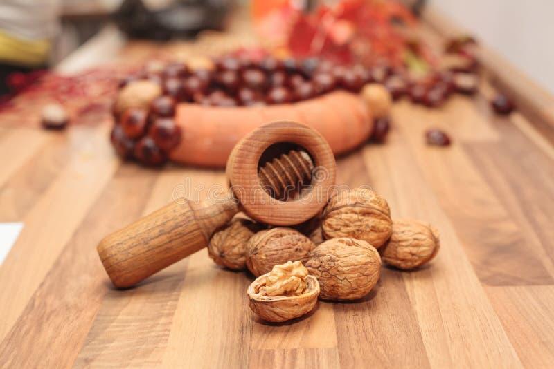Грецкие орехи с Щелкунчиком стоковая фотография