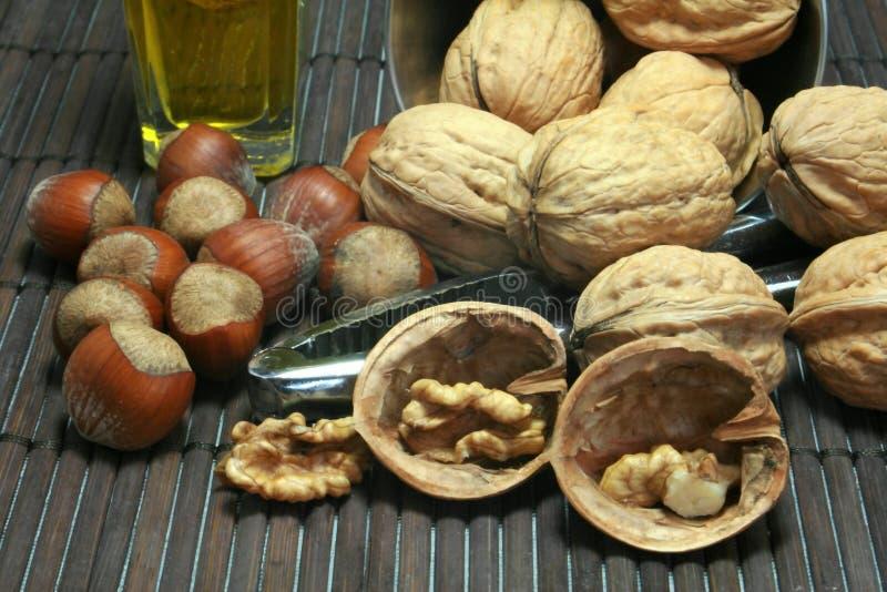 грецкие орехи фундуков корзины стоковое изображение rf