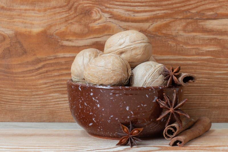 грецкий орех и специи на красивой деревянной предпосылке стоковые фото