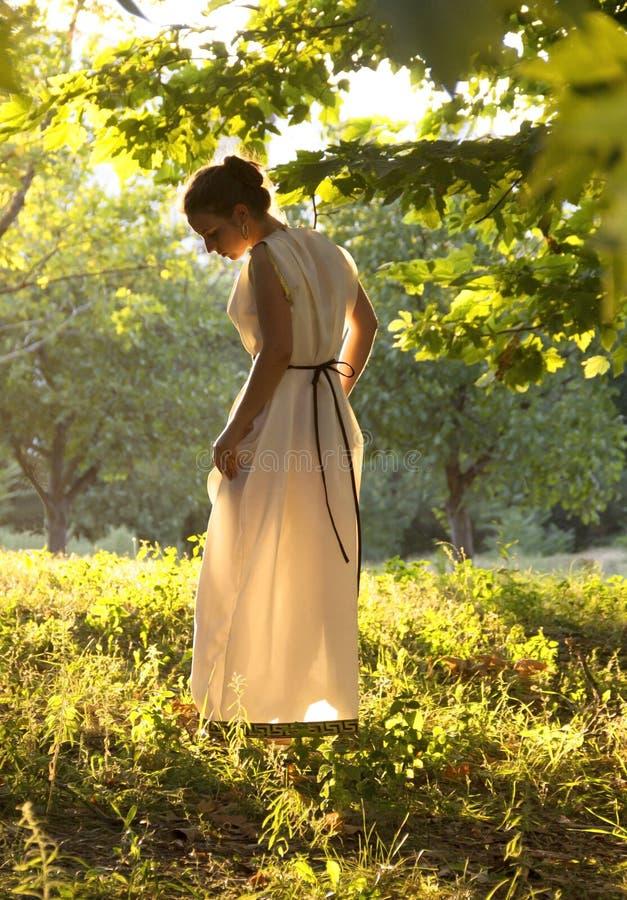 Греческая девушка в старом платье стоковая фотография