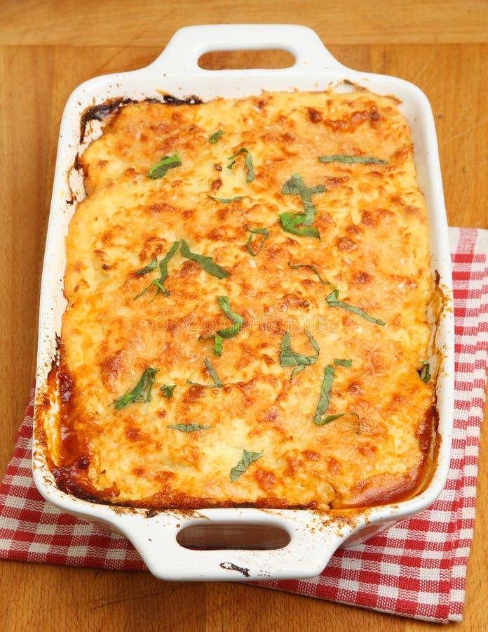 Греческая еда, Moussaka в блюде сотейника стоковые изображения