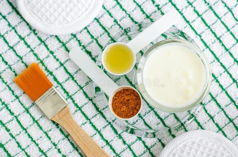 Греческая сметана йогурта или маска кефира лицевая с порошком и оливковым маслом турмерина стоковые фото