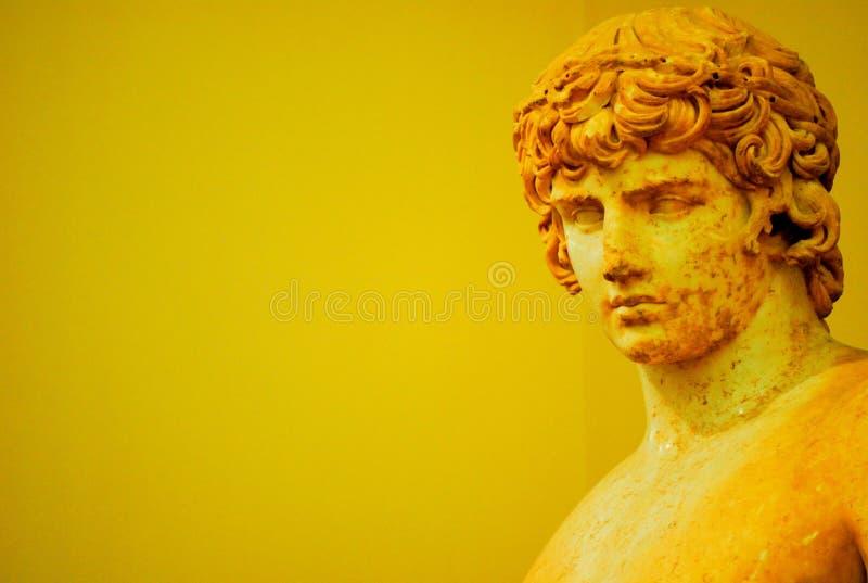 Греческая статуя молодого человека стоковые изображения rf