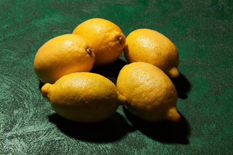Греческие лимоны на изумрудной поверхности стоковые фотографии rf