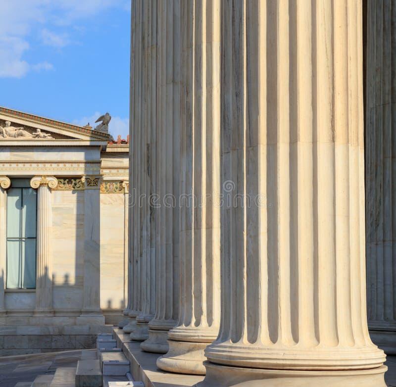 Греческие мраморные штендеры перед классическим зданием стоковые фото