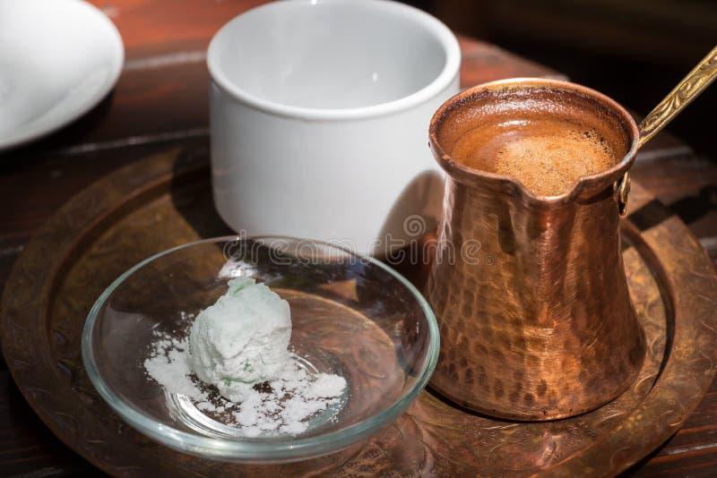 Греческий бак меди кофе на подносе стоковая фотография rf