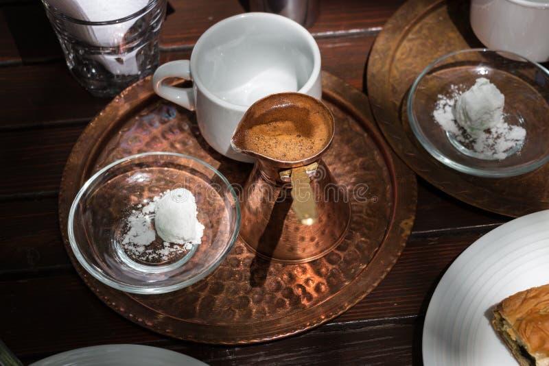 Греческий бак меди кофе на подносе стоковые изображения