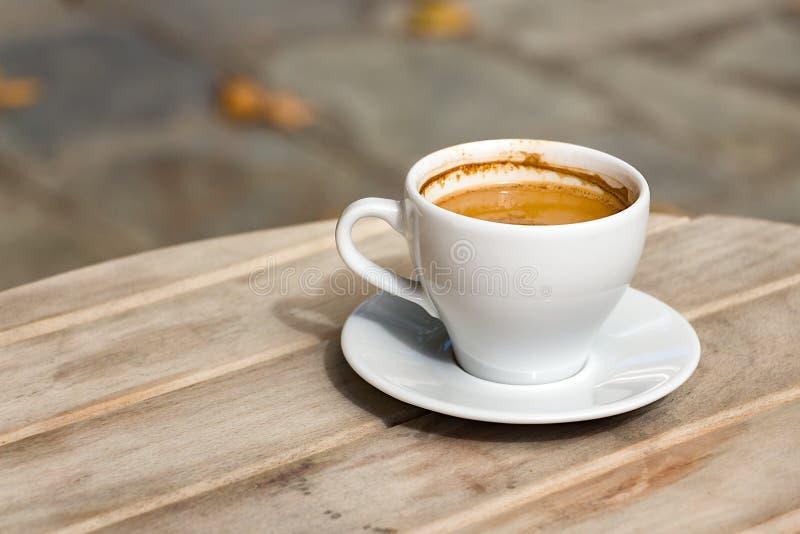 Греческий кофе с плитой outdoors стоковые изображения