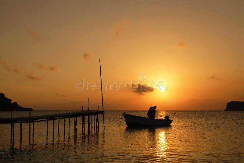 греческий остров над заходом солнца стоковые фото