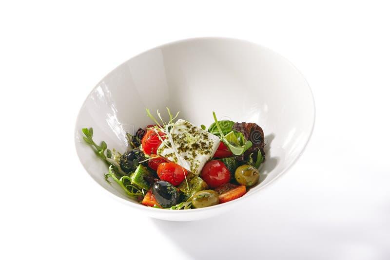 Греческий салат в белых шаре или салате Horiatiki стоковые фото