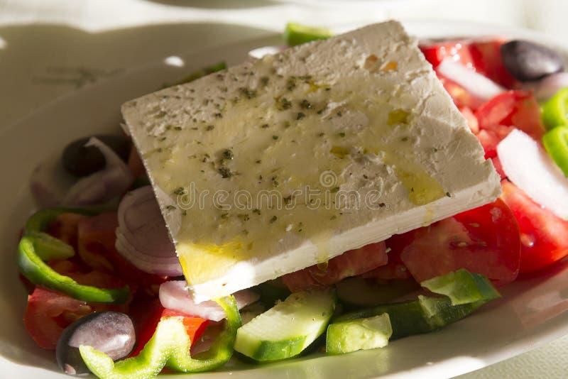 Греческий салат в столовой на острове Крита стоковые фотографии rf