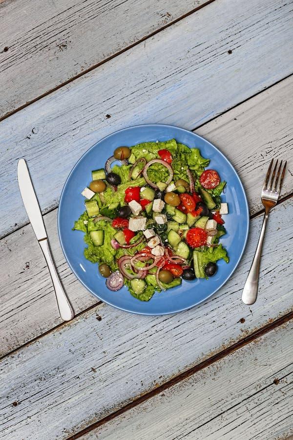 Греческий салат, среднеземноморской варить, оливки, фета, взгляд сверху, космос экземпляра стоковое фото rf