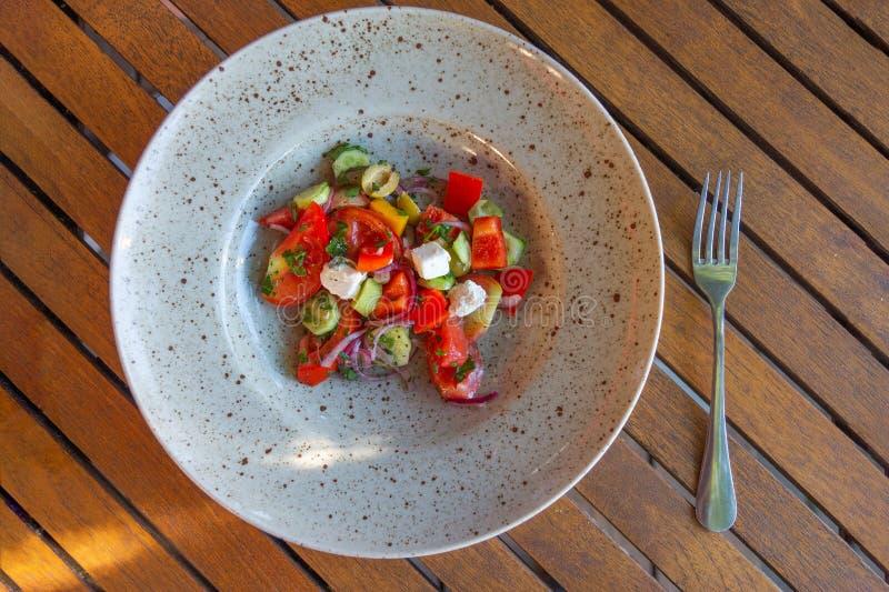 Греческий салат сыра томата и фета на взгляде сверху плиты стоковая фотография