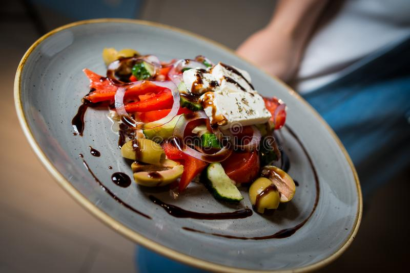 Греческий салат с зелеными оливками стоковая фотография rf