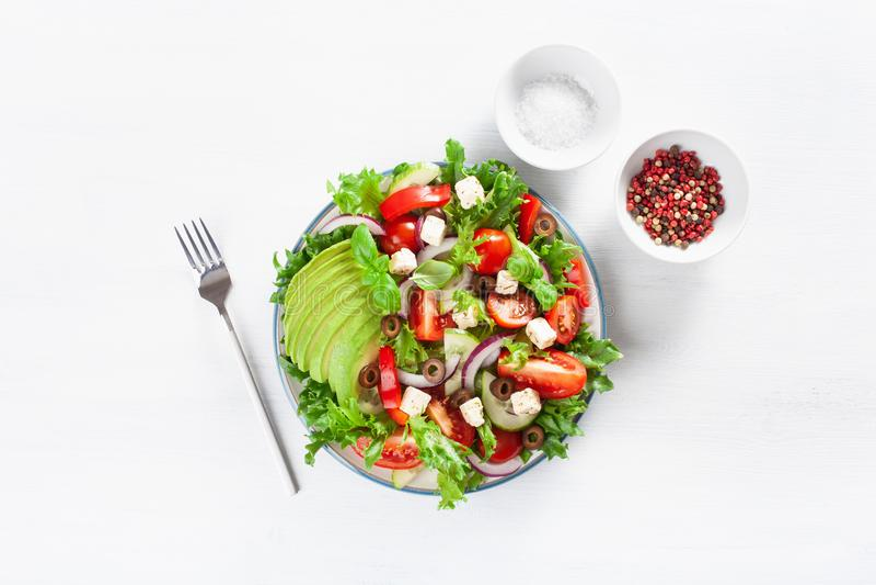 Греческий салат томата авокадоа стиля с сыром фета, оливками, cucum стоковое изображение rf
